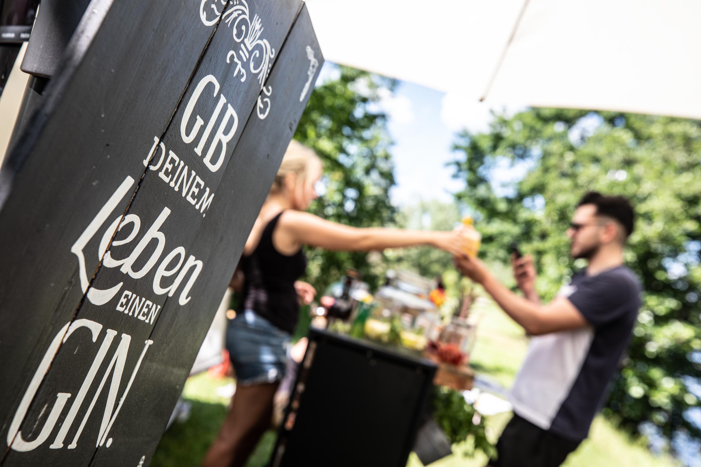 Mobile | Bar | Cocktailservice | Hannover | Getränke | Catering | Cocktails | Wein | Ginbar | Weinbar | Foddtruck | Aperitif | Hochzeit | Messe | Firmenfeier | Buchen | Mieten | Anfragen